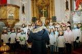 1. 12. 2017 Rozsvěcení vánočního stromu - vystoupení žáků naší školy v kostele